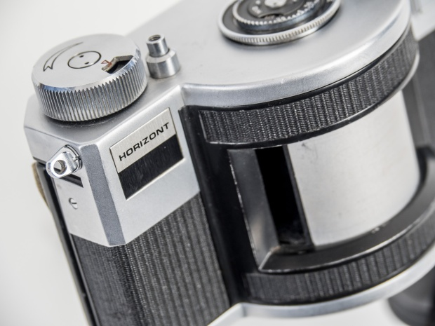 Horizont detail showing the wind knob, shutter release button and rotating drum (the lens is recessed in the drum slit).